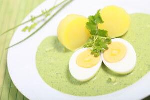 Grüne Sauce wird traditionell zu Eiern und Kartoffeln serviert. (Quelle: fotolia)