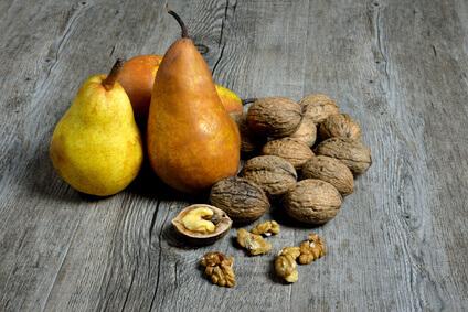 Birnen und Nüsse nebeneinander angeordnet