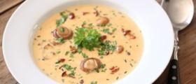 Ein Teller Champignon-Cremesuppe