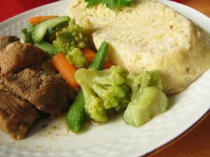 Böhmische Knödel mit Gulasch und Gemüse