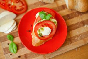 Ein Tomaten-Mozzarella-Baguette ist schnell zubereitet und stillt den kleinen Hunger. (Quelle: Fotolia)
